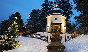 """APA1668627-2 - 22122009 - SALZBURG - …STERREICH: THEMENBILD - Die """"Stille Nacht-Kapelle"""" am Stille Nacht-Platz in Oberndorf bei Salzburg, am Montag, 21. Dezember 2009. An diesem Platz stand damals die St.-Nicola-Kirche, in der am 24. Dezember 1818 der Hilfspriester Joseph Mohr und der Schullehrer Franz Xaver Gruber zum ersten Mal das mittlerweile weltberŸhmte Lied """"Stille Nacht, Heilige Nacht"""" sangen. APA-FOTO: BARBARA GINDL"""